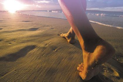 Tarek William Saab - ventajas de caminar descalzo
